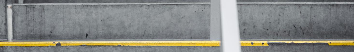 Foto af skolens betonvæg.