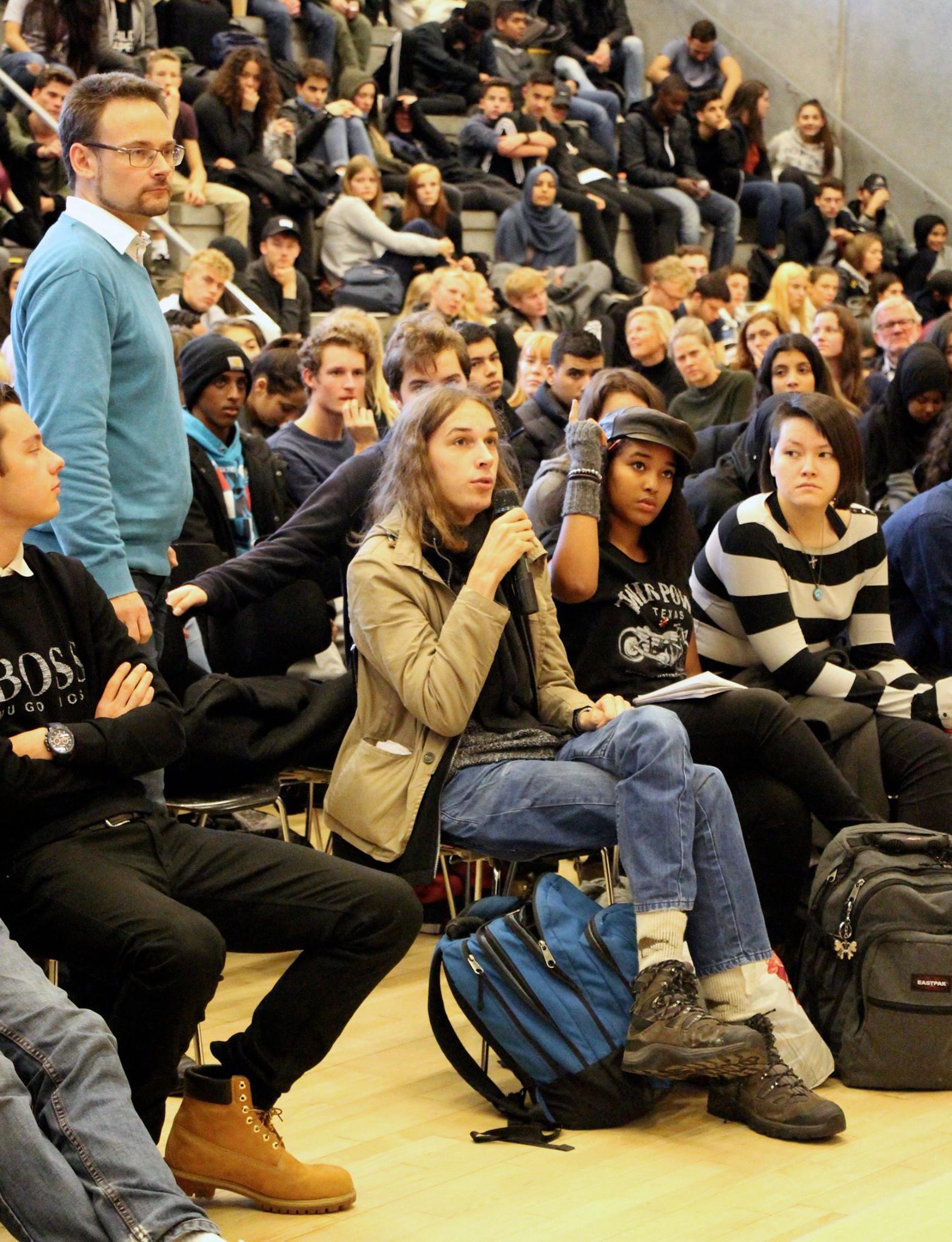 Foto fra aulaen fyldt af elever, der spørger ind til David Trads.