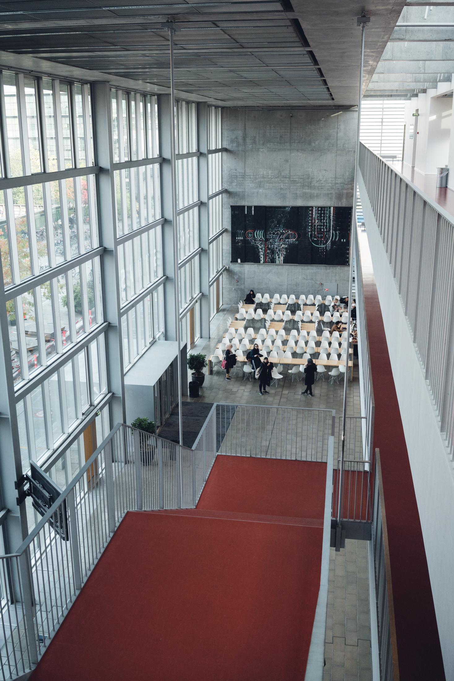Foto af en tom forhal set fra anden sals trappe