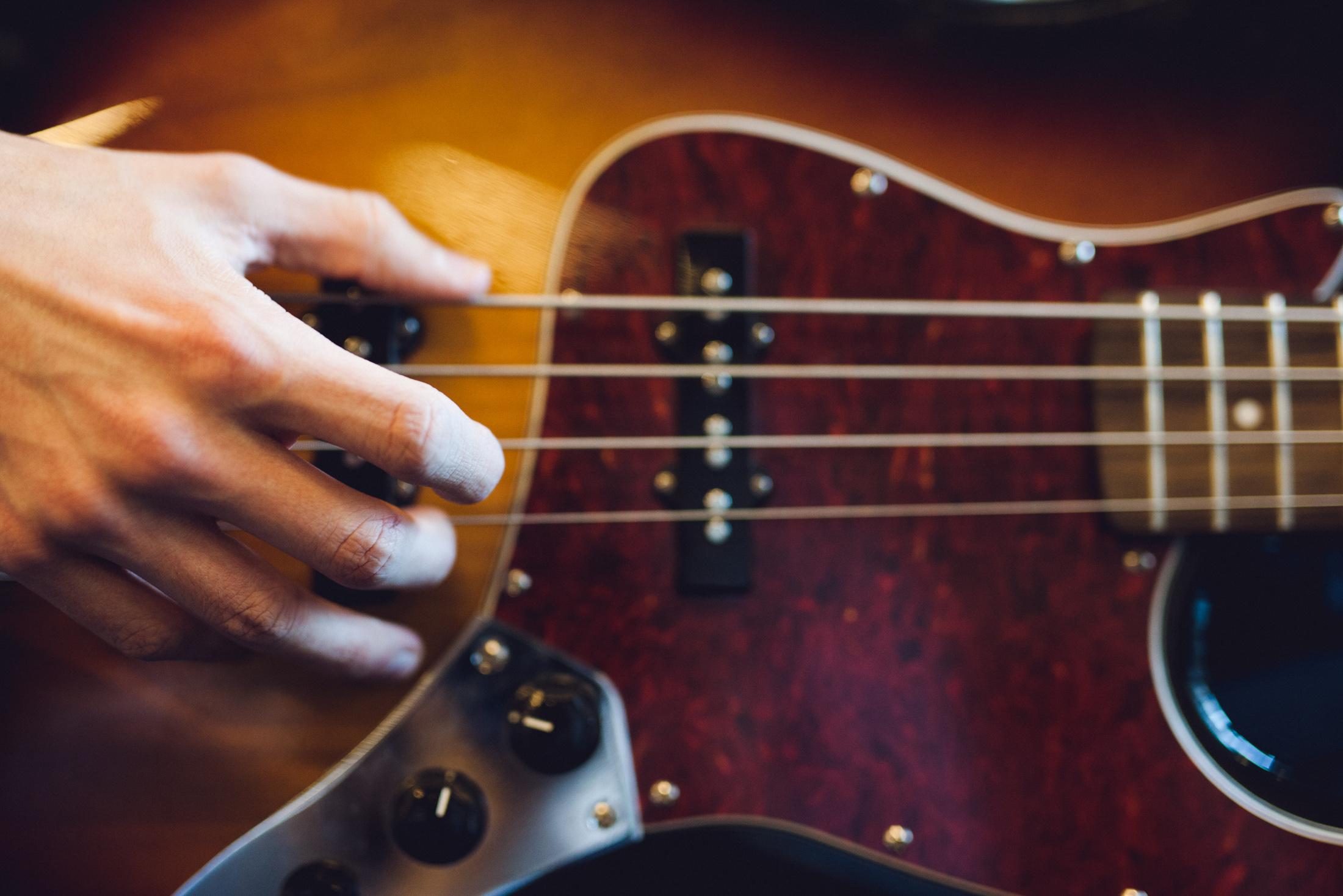 Nærfoto af hånd, der spiller guitar.