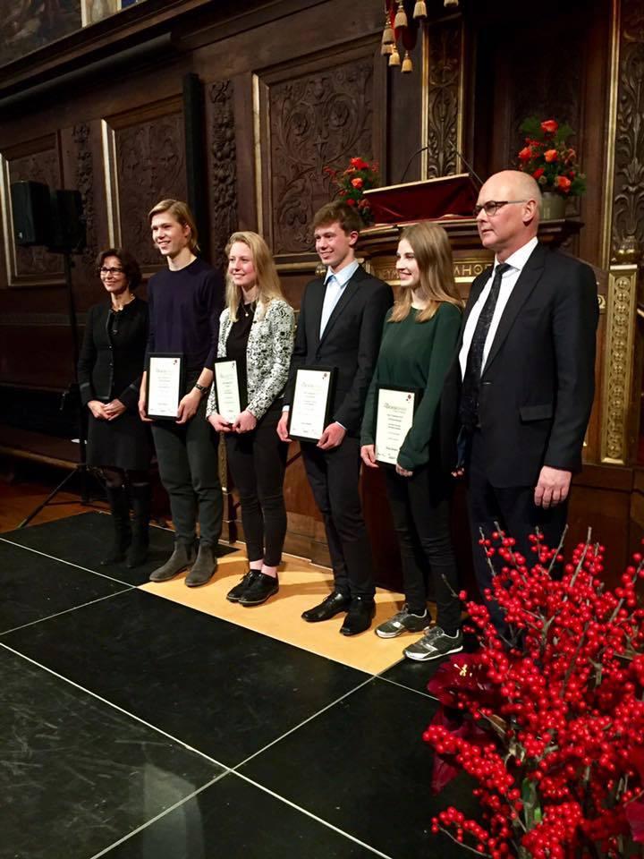 Foto af forskerspirervinderne i festsalen på Københavns Universitet.