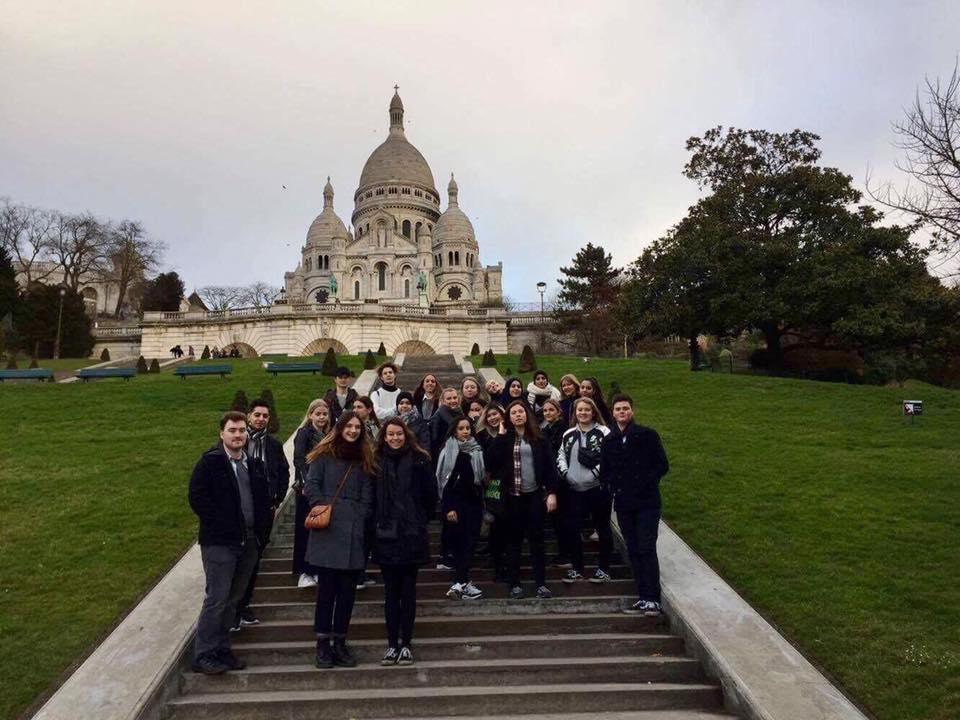 Foto af franskholdet på trappen nedenfor kirken Sacre Coeur.
