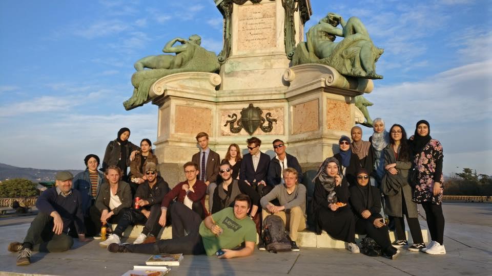 2.y sidder foran monument i Firenze.