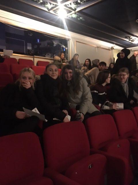 Foto af elever på tilskuerrækkerne i Betty Nansen teatret.