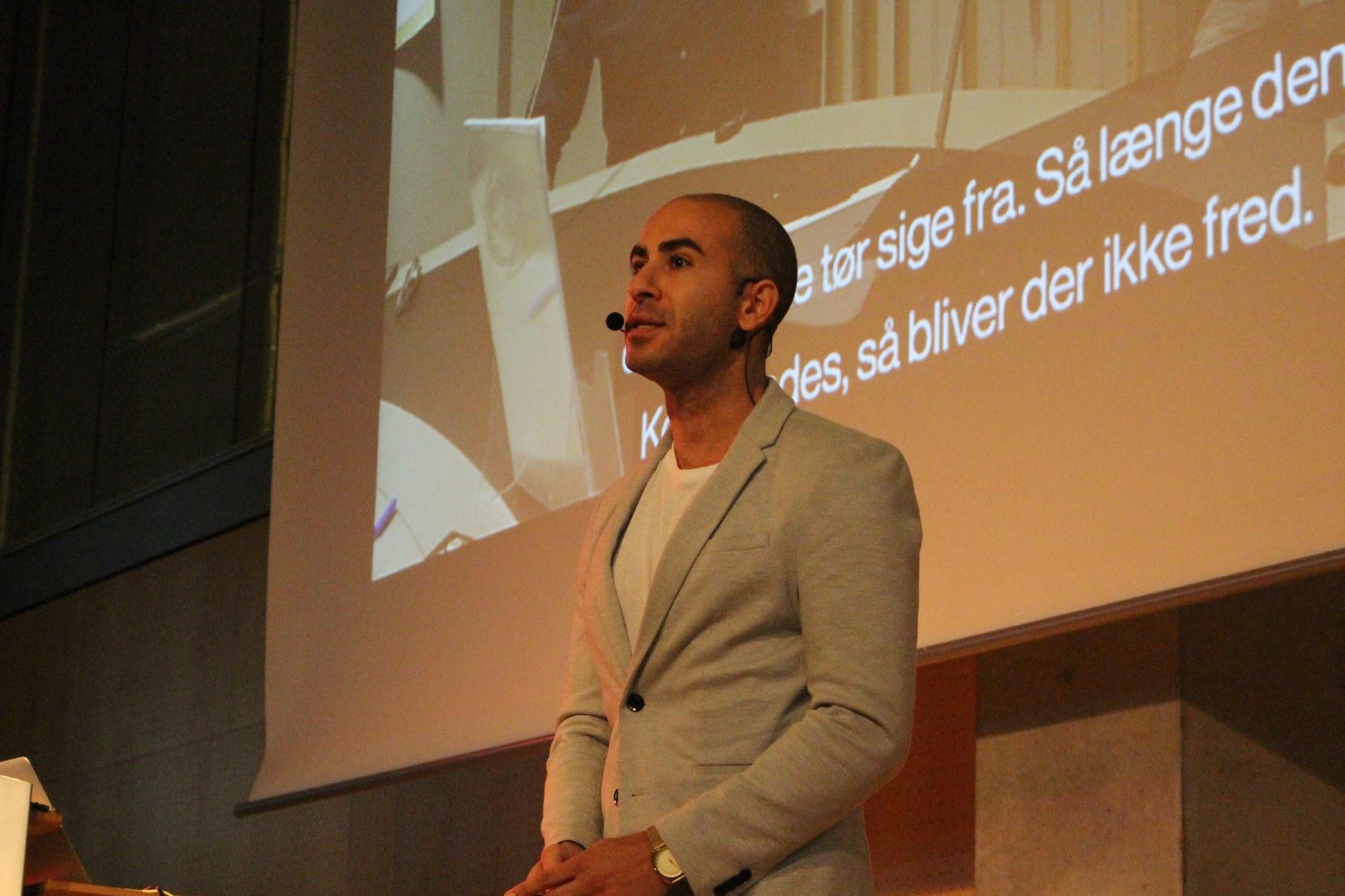 Foto af Abdel Aziz Mahmoud der taler i aulaen.