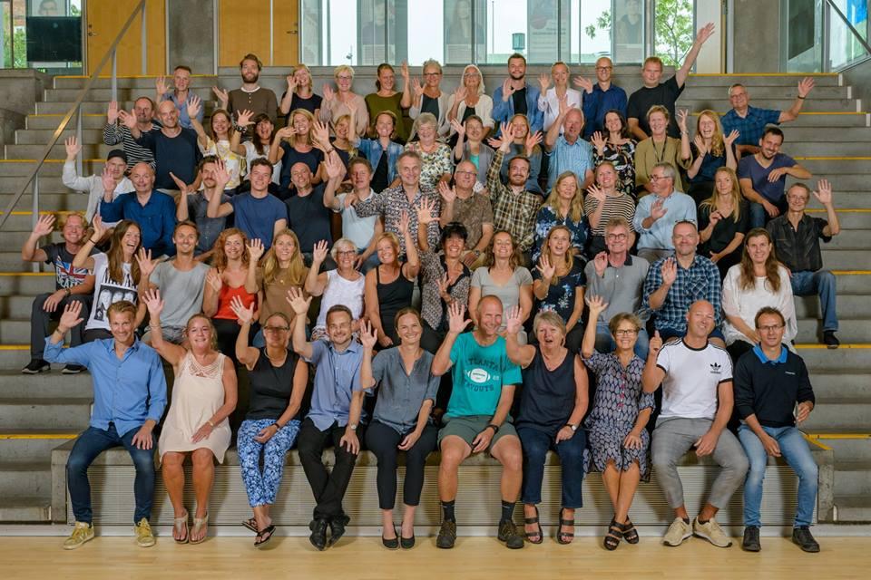 Foto af alle lærere og ledelse der vinker