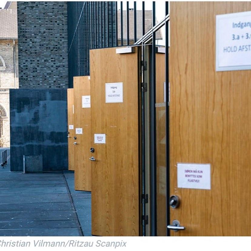 Foto af skolens døre åbne i facaden