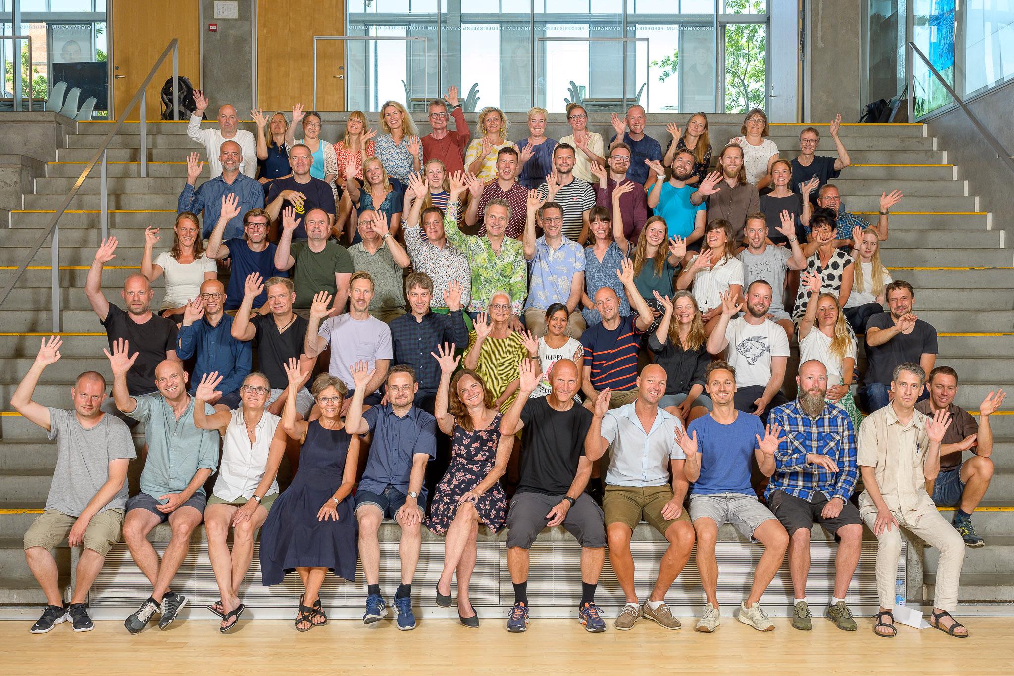 Foto af hele personalet der vinker velkommen august 2020